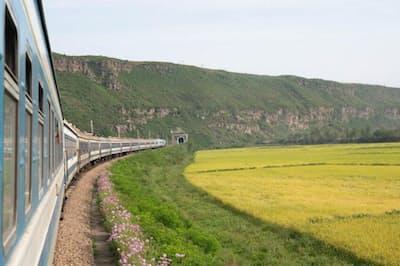 青々とした風景を横切り羅先に向かう列車(PHOTOGRAPH BY DAVIDE MONTELEONE, NATIONAL GEOGRAPHIC)