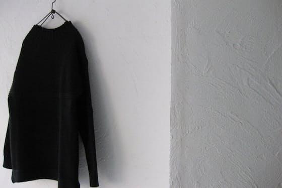 強度としなやかさを兼ねるブリティッシュウールを使用した一着。随所で編み地の切り替えがあり、ベーシックな無地ニットと一線を画すデザインが魅力だ(HAVERSACK (ハバーサック)/ ガンジーセーター 27,000円、税込み)