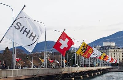 ローヌ川の河口、レマン湖にかかるモンブラン橋には「ジュネーブサロン(SIHH)」の旗が掲げられた(スイス・ジュネーブ)