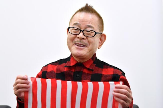 1946年茨城県生まれ。16歳で上京し、20歳でプロのマジシャンとして活動を始める。「お笑いスター誕生!!」(日本テレビ系)で注目を集め、日本放送演芸大賞ホープ賞などを受ける。