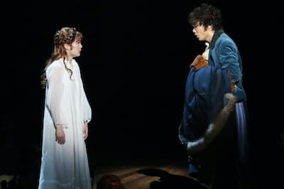 『ナターシャ・ピエール・アンド・ザ・グレート・コメット・オブ・1812』は1月5~27日まで東京芸術劇場プレイハウスで上演。井上芳雄(右)と生田絵梨花(左)(写真提供/東宝演劇部)