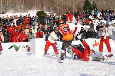北海道壮瞥町の「昭和新山国際雪合戦」には2万人以上が来場する=実行委員会提供