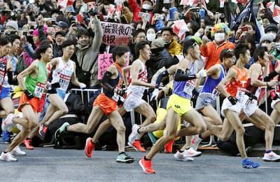 2019年の箱根駅伝では出場選手の4割がナイキ製だったという(1月2日、東京・大手町)=共同