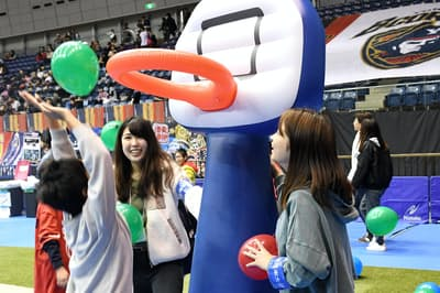 男子バスケットボールBリーグの会場でイベントに参加する産業能率大の学生(18年12月、横浜市)