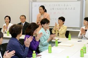 政治分野の男女共同参画推進法成立を喜ぶ超党派の議員連盟(2018年5月、東京・永田町)