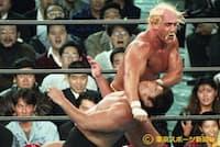 SWS東京ドーム大会でハルク・ホーガンの必殺技を受ける(1991年12月12日)=東京スポーツ新聞社提供