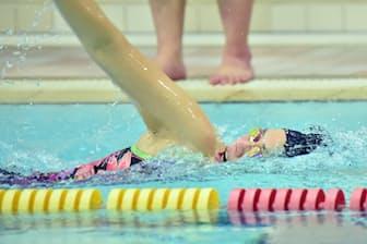 水泳教室で泳ぐ千葉すず(2018年12月、堺市の市立健康福祉プラザ)