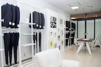 レナウンの「着ルダケ」では予約制のショールームで実物を見られる(東京・江東)