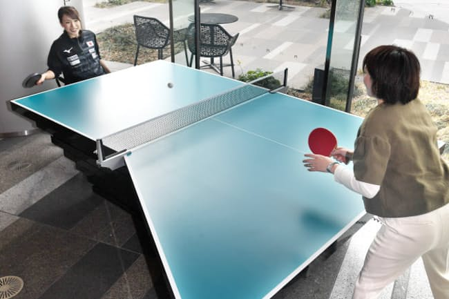 パラ卓球選手の感覚を体験できる卓球台。左足の踏ん張りがきかない選手は左側が広く感じる(1月、東京都港区)