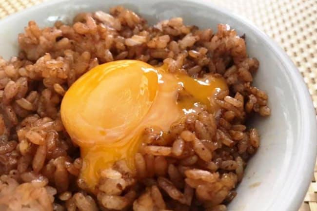 卵の使い方や調味料によって卵かけご飯の種類は無限大 写真はしょうゆご飯+黄身だけの卵かけご飯