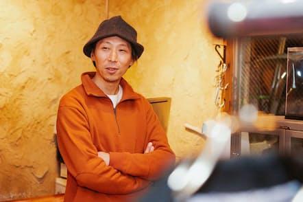 襟を折ってシャツのようにスエットを着用する葛西さん。「オレンジ色が冬のダークトーンのコーディネートに映える」と言う