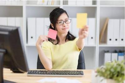 働く女性への侮辱、女性客全般を見下す表現などは、レッドカードとなりそうだ。写真はイメージ