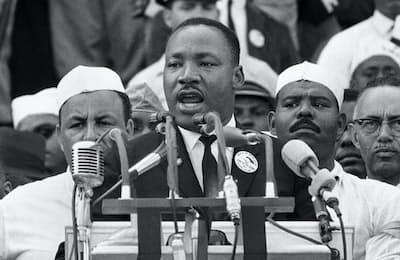 キング牧師は非暴力を唱え、公民権運動を主導した(1963年8月28日、ワシントン)=AP