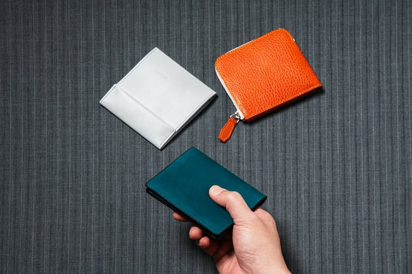 財布の主役は長財布からミニ財布に移りつつある。今回は極薄の2つ折り財布を紹介する