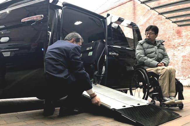 トヨタは車いすの乗車に時間がかかっていた「ジャパンタクシー」を改良する(1月31日、名古屋市)