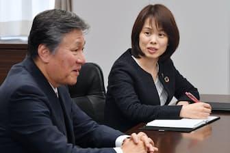 損害保険ジャパン日本興亜のシャドウイングの一環で、西沢社長(左)に同行する小坂さん