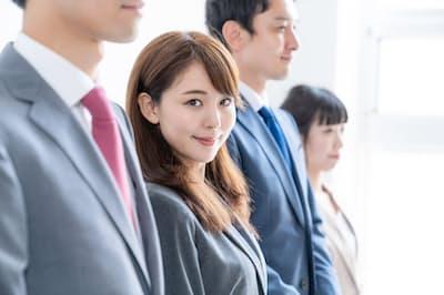 「職場で男女を違うものさしで測る」「女性に容姿を整えることを要求する」などのメッセージは避けなければならない。写真はイメージ