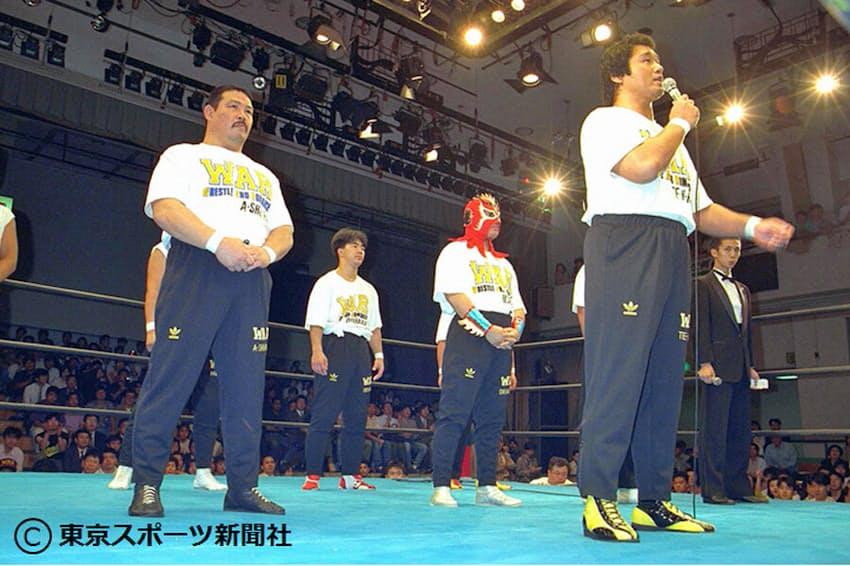 WAR旗揚げ戦であいさつする(1992年7月14日、後楽園ホール)=東京スポーツ新聞社提供