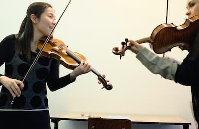 オランダで学生を指導する米元響子(左)=ジャパン・アーツ提供