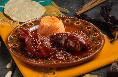 鶏肉に甘くないチョコレートソースをかけたモレ・デ・ポジョ
