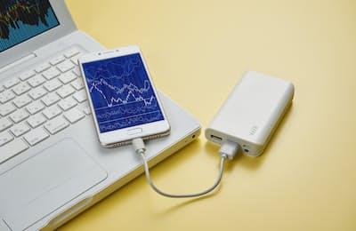 ちょっとした知識や工夫で、ノートパソコンやスマートフォンのバッテリーの充電時間を短縮したり、寿命を延ばしたりできる(写真はイメージ=PIXTA)