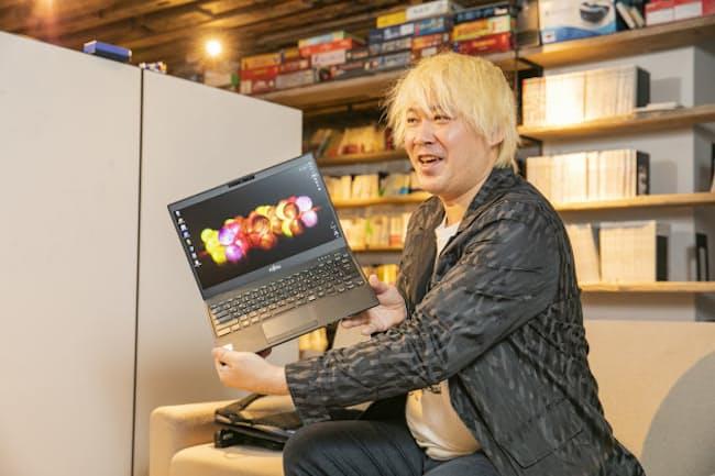 津田大介氏が700gを切るモバイルノート「LIFEBOOK UH-X/C3」を試用した
