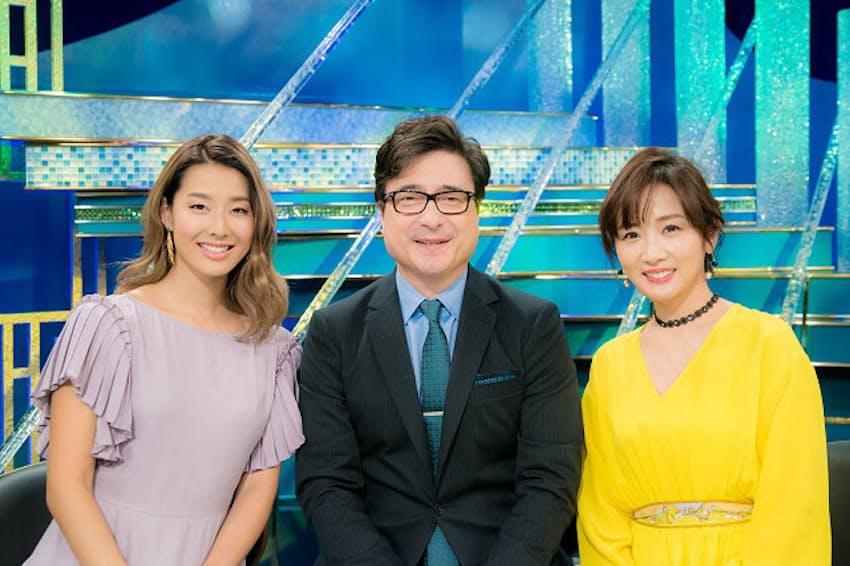 授賞式の案内役ジョン・カビラさん(中央)と高島彩さん(右)、レッドカーペットリポーターのすみれさん