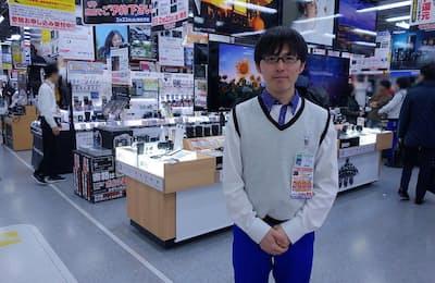 ヨドバシカメラ マルチメデイアAkiba 3階のデジタル一眼コーナー。一眼ビデカメツーリストチームの霜山氏に解説してもらう