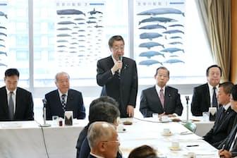 自民党捕鯨議員連盟の総会であいさつする吉川農相