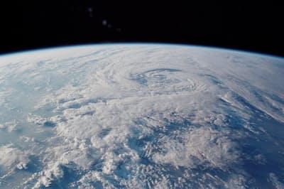 北磁極はこれまでも移動してきたが、最近そのスピードが急に上がってきている。原因は不明だ(PHOTOGRAPH BY NASA/JSC)