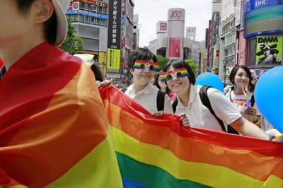 日本でもLGBTの認知度は上がっているが…(2017年5月、東京都渋谷区のパレード)=AP