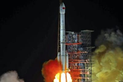 月面の裏側への着陸に成功した中国の無人探査機「嫦娥4号」の打ち上げ=AP