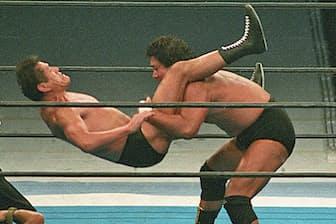 アントニオ猪木(左)にパワーボムを決める(1994年1月4日、東京ドーム)