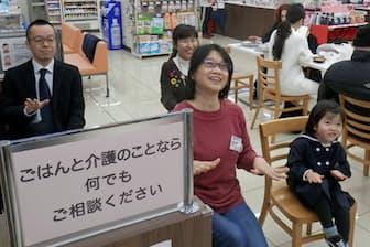 ローソン内の龍岡栄養けあぴっとでは、椅子を使った体操などのイベントも行う(東京都文京区)