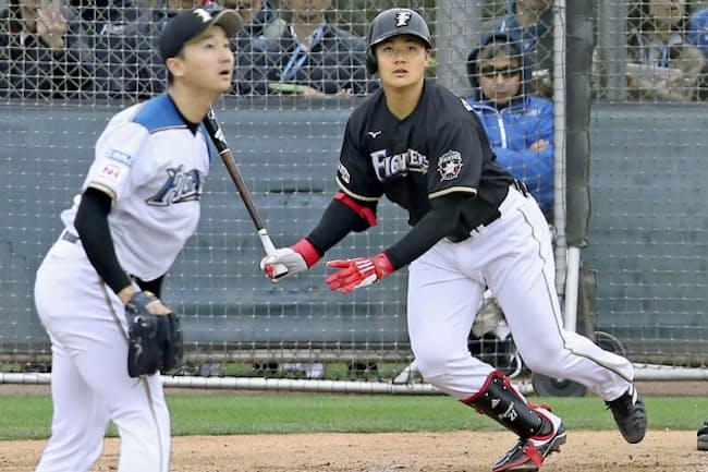 日本ハムは若手主体で強いチーム作りに取り組んできた(2月9日、春季キャンプの紅白戦)=共同