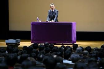 いけがみ・あきら 東京工業大学特命教授。1950年(昭25年)生まれ。73年にNHKに記者として入局。94年から11年間「週刊こどもニュース」担当。2005年に独立。主な著書に「池上彰のやさしい経済学」(日本経済新聞出版社)、「池上彰の18歳からの教養講座」(同)、「池上彰の世界はどこに向かうのか」(同)、新著「池上彰の未来を拓く君たちへ」(同)。長野県出身。68歳。