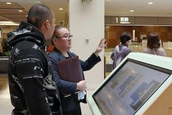 医療通訳は診療時だけでなく、受付や病院内の案内もする(東京都品川区のNTT東日本関東病院)