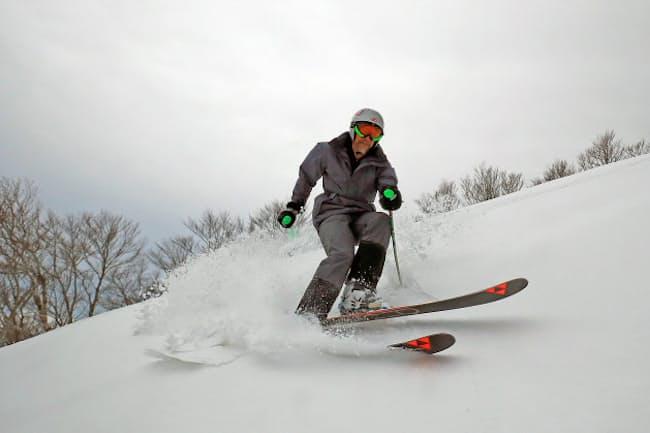 パウダースノーの感触を確かめながらスキーを楽しむオーストラリア人(岩手県北上市の夏油高原スキー場)