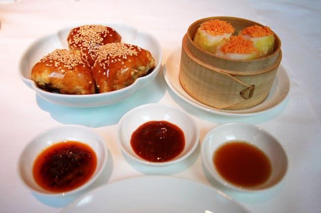 「ヤウメイ」の「蝦夷鹿肉のパイ包み」(左)と「帆立焼売」