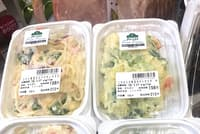 トップバリュ グリーンアイフリーフロムシリーズの新商品「ツナと野菜のスパゲティサラダ」(左上、105グラム入り税別198円)、「こだわり野菜のポテトサラダ」(右上、105グラム入り税別198円)