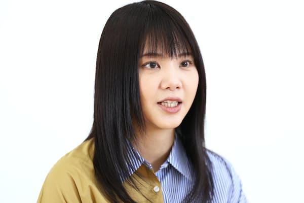 歌い継がれる公式ソングのパスを受けた吉岡聖恵さん