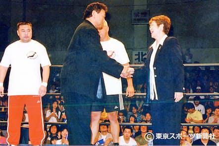 約10年ぶりに全日本プロレ?#24037;違轔螗挨?#19978;り馬場元子オー?#26045;`(右)と握手をかわす(2000年7月2日、後楽園ホール)=東京スポーツ新聞社提供