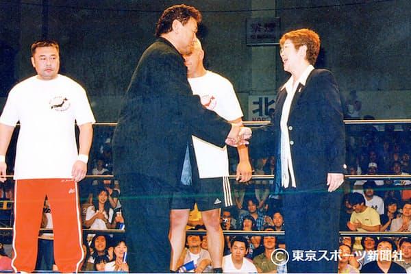 約10年ぶりに全日本プロレスのリングに上り馬場元子オーナー(右)と握手をかわす(2000年7月2日、後楽園ホール)=東京スポーツ新聞社提供