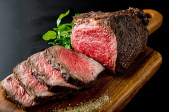 肉料理ではパパが主役に(写真はイメージ=PIXTA)