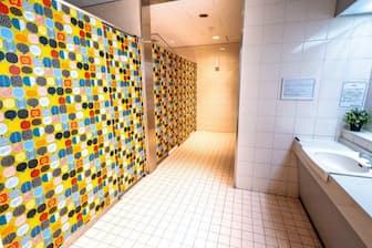 若い世代に人気のマリメッコでトイレを明るくした(埼玉高速鉄道・東川口駅)