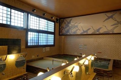 鶴をモチーフにしたタイル絵と障子窓がモダンな浴場(東京都新宿区の万年湯)
