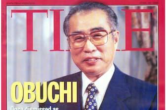 1位、「タイム?#24037;?#34920;紙を飾ったピザを手に?#24037;?#23567;渕首相(1999年4月)=共同