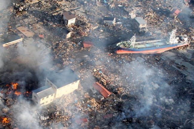 巨大津波で多くの町が壊滅的な被害を受けた(2011年3月12日、宮城県気仙沼市)
