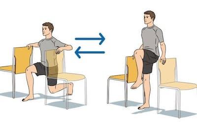 中野さんが考案した血糖値を下げるエクササイズでは、椅子に手をかけてバランスを取りながら、スクワットや膝上げをリズミカルに繰り返していく
