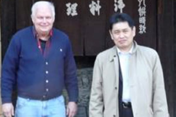 リコモジュリン創製のきっかけとなった物質を発見したエスモン博士と京都旅行をする青木社長(右)